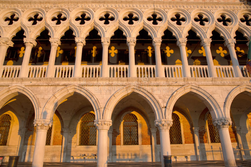 Volledige mening van Dodge-Paleisdetails en gele schaduwen, Venetië Italië royalty-vrije stock afbeelding