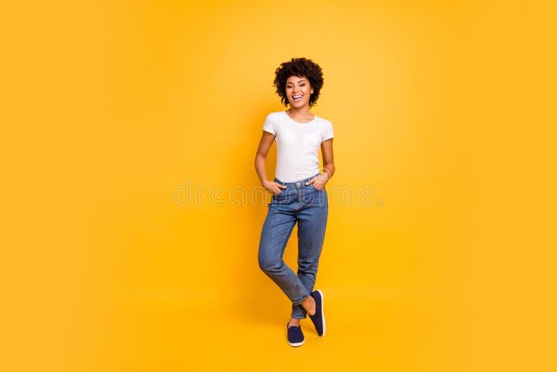 Volledige mooie de groottefoto van het lengtelichaam verbazend kijkt zij haar donkere mooie huiddame zelfverzekerde optimistische royalty-vrije stock afbeeldingen