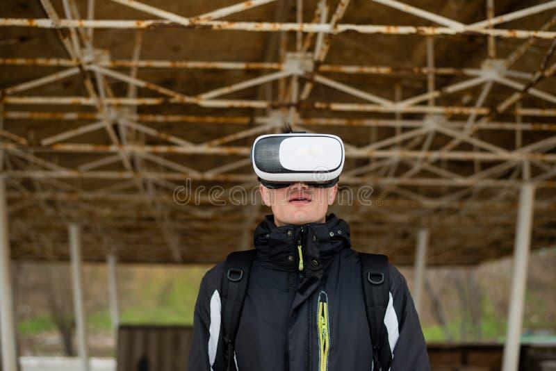 Volledige onderdompeling in de virtuele wereld van het spel stock foto's