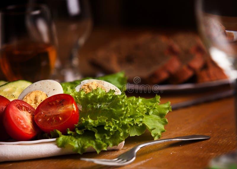 Volledige plaat van verse salade met tomaat, komkommers, eieren, sla royalty-vrije stock foto