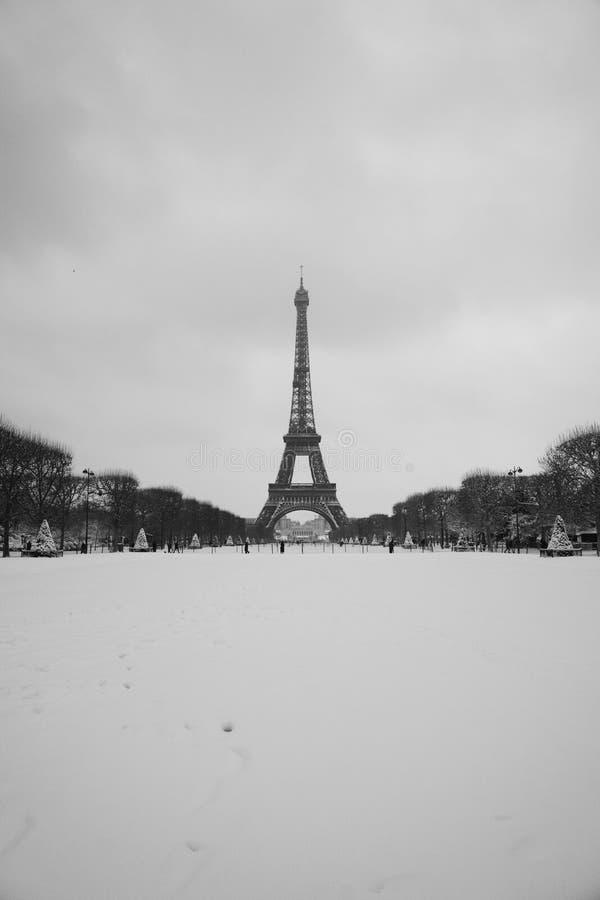 Volledige sneeuw met de de toren verticale mening van Eiffel stock foto
