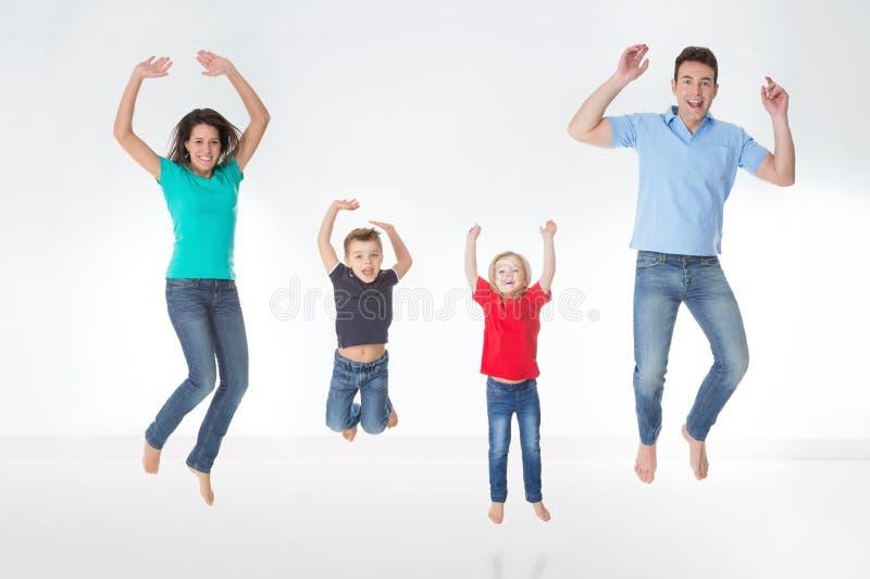 Volledige voorgestelde familie op witte achtergrond royalty-vrije stock foto's