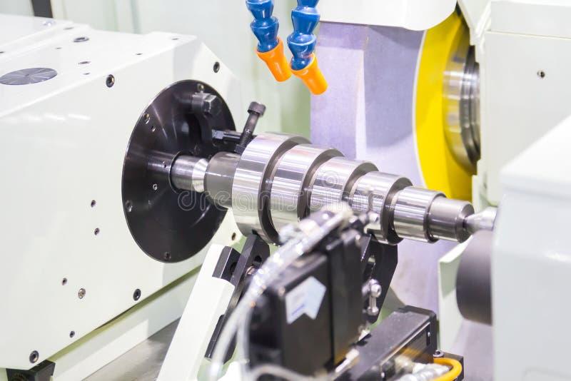 Vollendenmetall, das an Schleifmaschine der hohen Präzision arbeitet lizenzfreie stockfotos