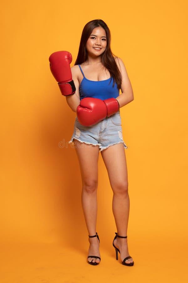Voller Körper der schönen jungen asiatischen Frau mit roten Boxhandschuhen stockfoto