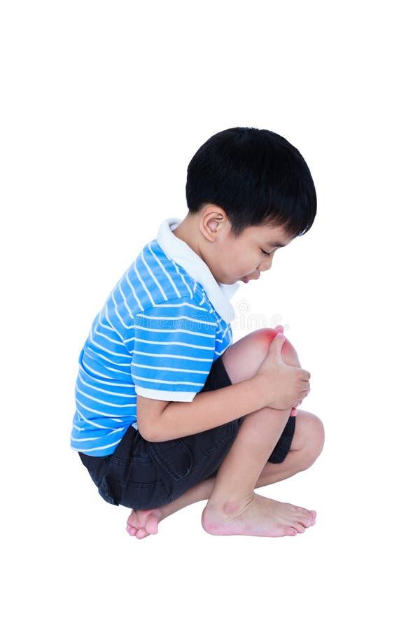 Voller Körper des Kindes verletzt am Knie Getrennt auf weißem Hintergrund lizenzfreie stockbilder