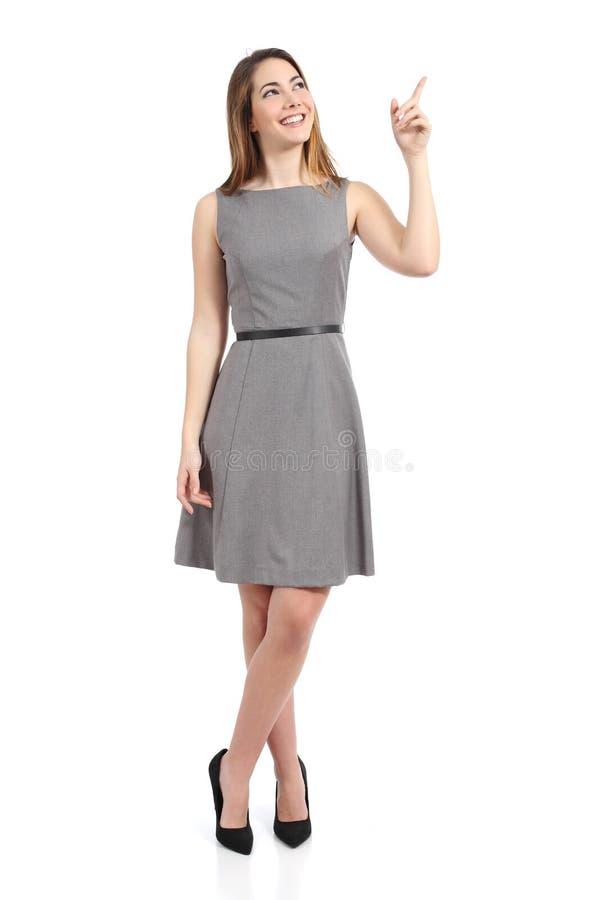 Voller Körper einer stehenden Frau, die auf Seite zeigt stockfotografie