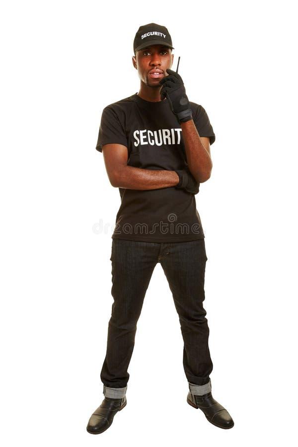 Voller Körper kurz vom schwarzen Mann als Sicherheitsbeamte lizenzfreie stockfotografie