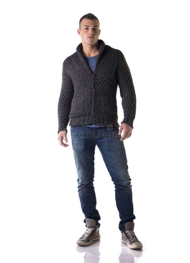 Voller Körper schoss vom attraktiven jungen Mann mit Wollstrickjacke und -jeans stockfotos