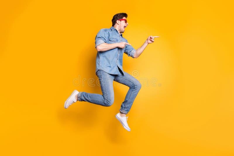Voller Körpergröße Ansicht von netter attraktiver funky verrückt fröhlicher Junge springt neben Advert Hot Tour stockbilder
