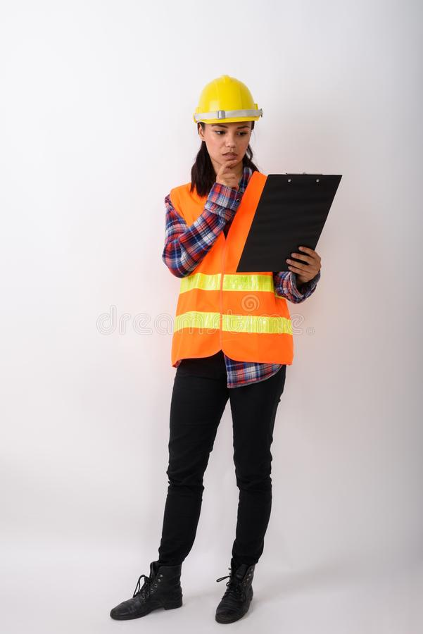 Voller Körperschuß der jungen Asiatinbauarbeiterstellung stockfotos