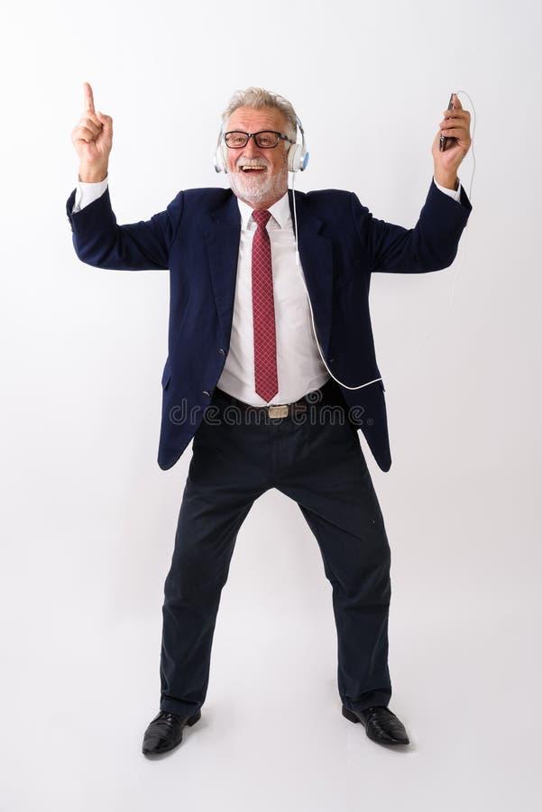 Voller Körperschuß von lächelnder wann des glücklichen älteren bärtigen Geschäftsmannes lizenzfreies stockfoto