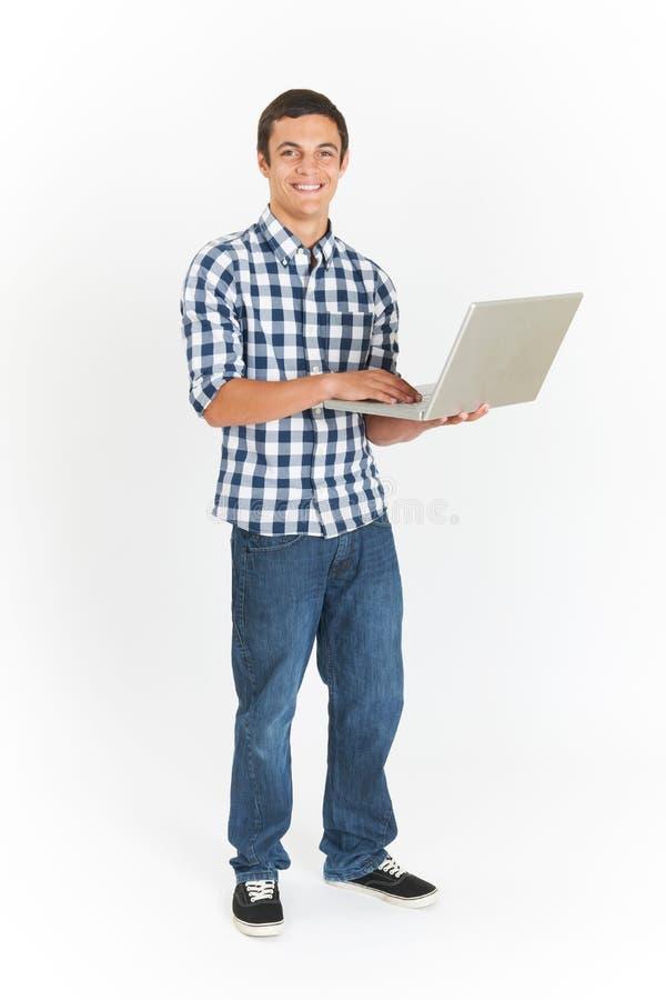 In voller Länge herausgeschnitten vom Teenager, der Laptop verwendet stockfoto