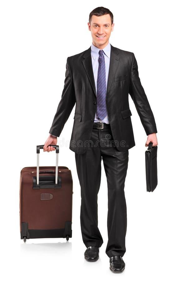 In voller Länge Portrait eines Mannes, der einen Koffer trägt lizenzfreie stockfotos