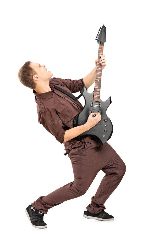 In voller Länge Portrait eines Rockstars, der Gitarre spielt stockfotografie