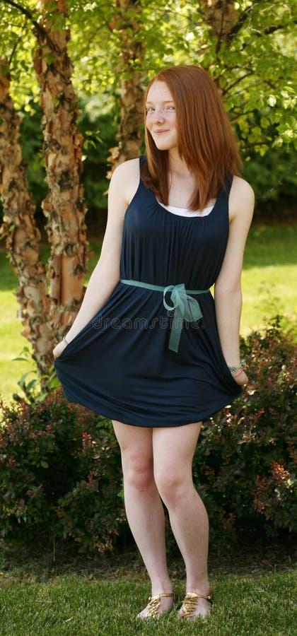 In voller Länge Redheadmädchen im Kleid lizenzfreies stockfoto