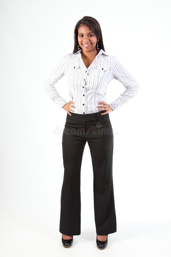 In voller Länge Schuß der schönen jungen Geschäftsfrau stockfotografie
