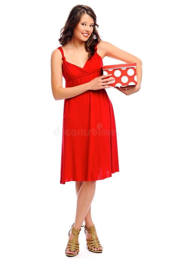 In voller Länge Schuß eines hübschen Mädchens mit einem Geschenk stockfotografie