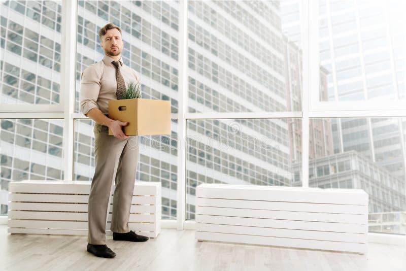 In voller Länge vom gefeuerten Büroangestellten, der im Büro steht lizenzfreie stockfotos