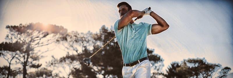 In voller Länge vom hübschen Golfspielermann, der Schuss nimmt stockfotografie