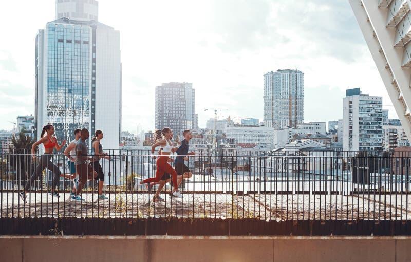 In voller Länge von den jungen Leuten in der Sportkleidung lizenzfreie stockfotografie