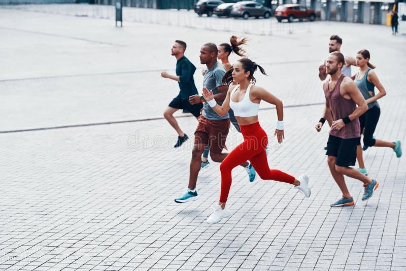 In voller Länge von den jungen Leuten in der Sportkleidung stockfotografie