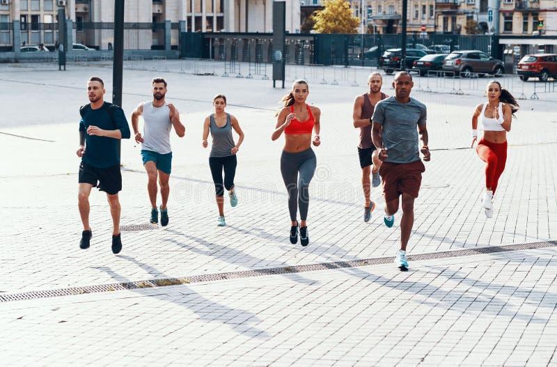 In voller Länge von den Leuten in der Sportkleidung lizenzfreies stockbild