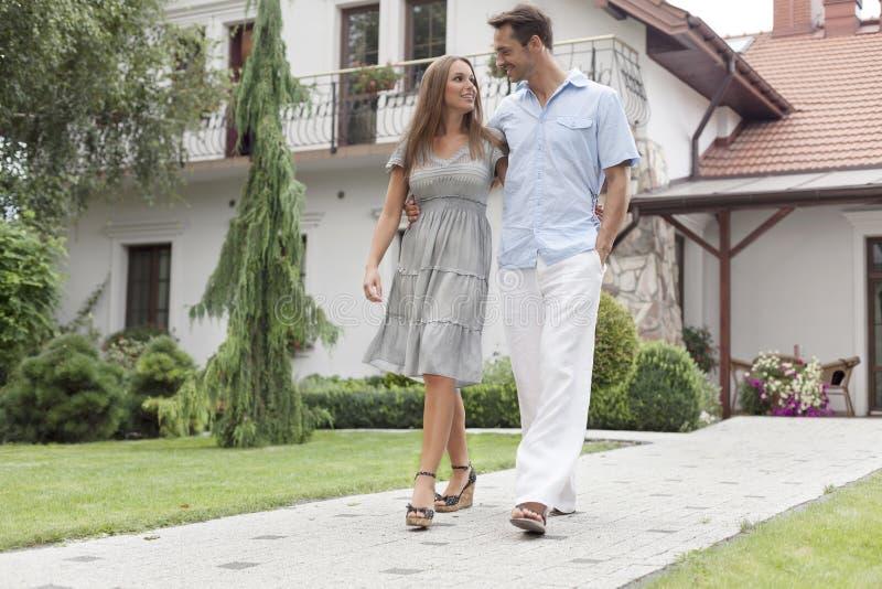 In voller Länge von den liebevollen jungen Paaren, die auf Fußweg im Park gehen stockfotos