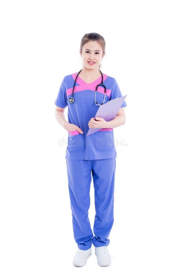 In voller Länge von der Krankenschwester, die über weißem Hintergrund steht lizenzfreies stockfoto