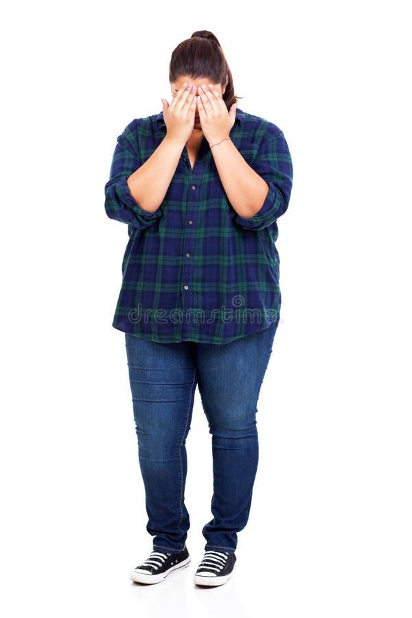 Schüchterne überladene Frau lizenzfreies stockfoto