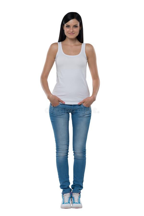 In voller Länge von einer Brunettefrau in einem weißen Trägershirt und in den Jeans lizenzfreie stockfotos