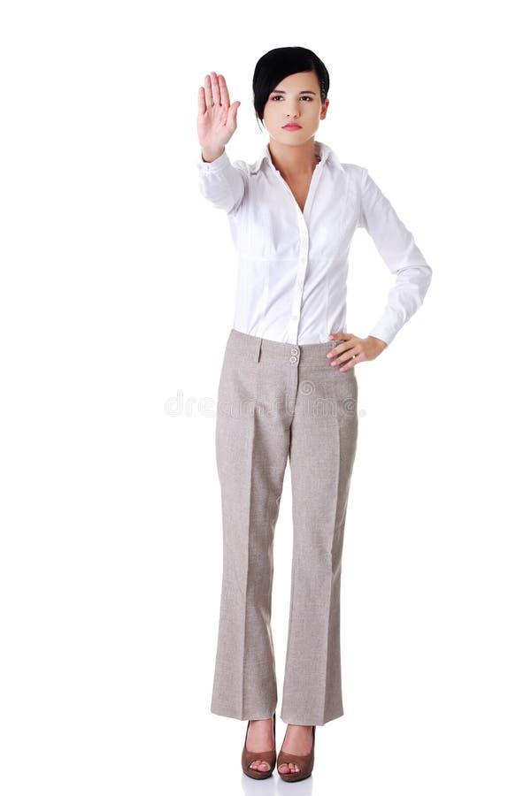 In voller Länge von einer Frau, die Stoppschild zeigt lizenzfreies stockbild