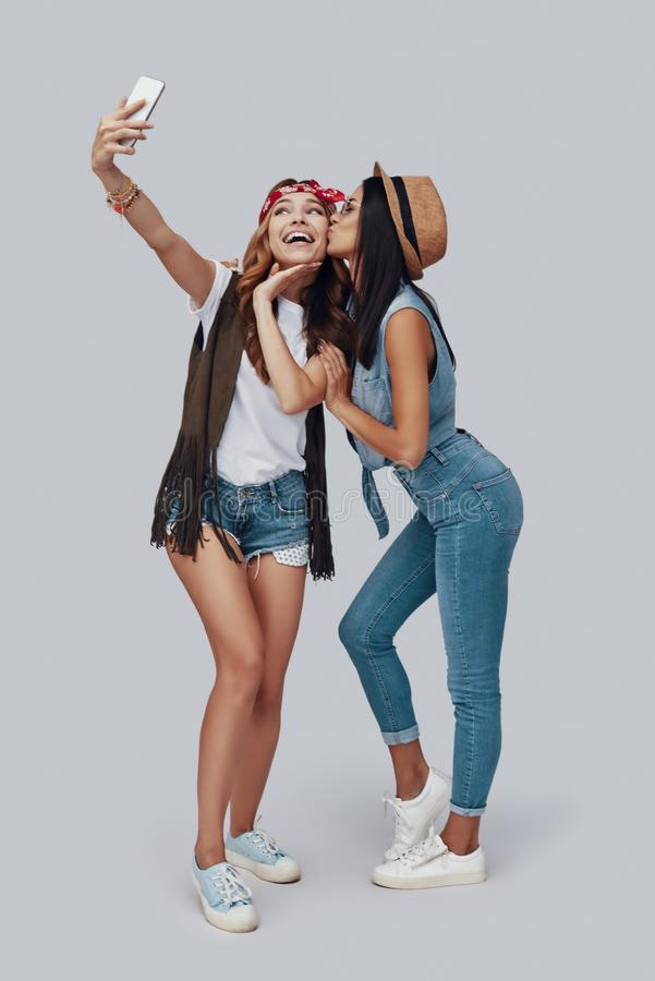 In voller Länge von zwei attraktiven stilvollen jungen Frauen stockbilder