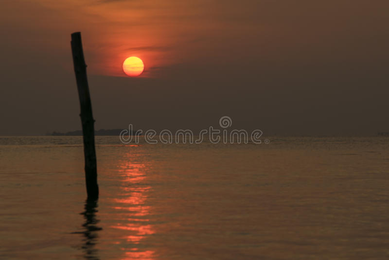 Voller Sonnenuntergang in dem Meer lizenzfreies stockbild