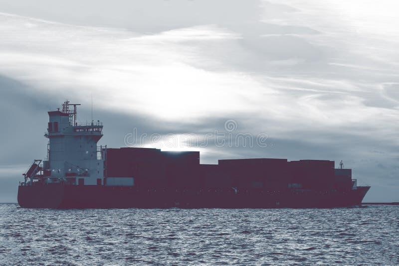 Volles Containerschiff stockbild