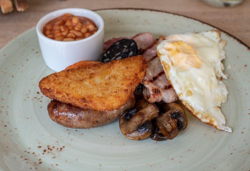 Volles englisches Frühstück im rustikalen Boutiquehotel stockbild