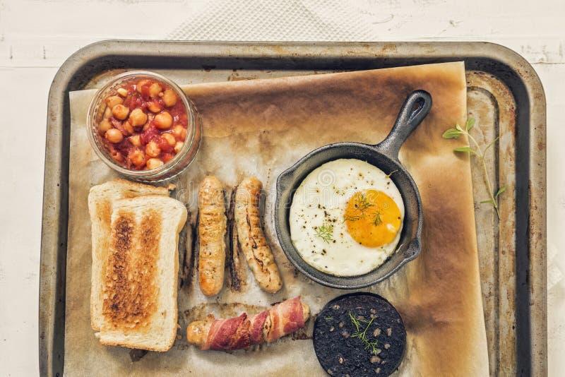 Volles englisches Frühstücks-Behälter auf weißem Hintergrund stockbild