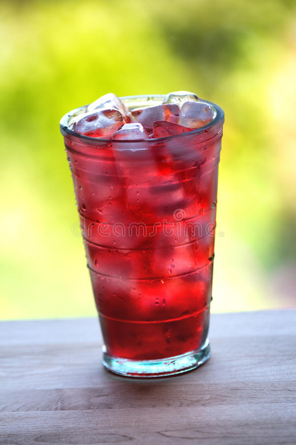 Volles Glas Wasser und Saft mit Eis auf dem hölzernen Küche cou stockfotografie