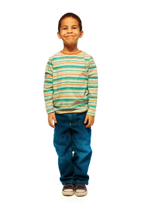 Glücklicher schwarzer Junge mit Lächeln lizenzfreies stockbild