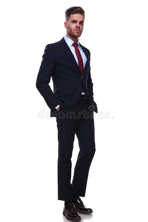 Volles Körperbild der entspannten jungen Geschäftsmannstellung stockfoto