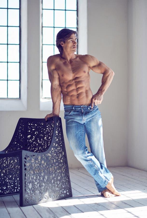 Volles Körperbild des muskulösen hemdlosen Mannes lizenzfreie stockfotografie