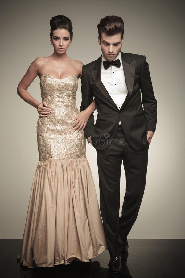 Volles Körperbild eines eleganten Paargehens lizenzfreies stockfoto