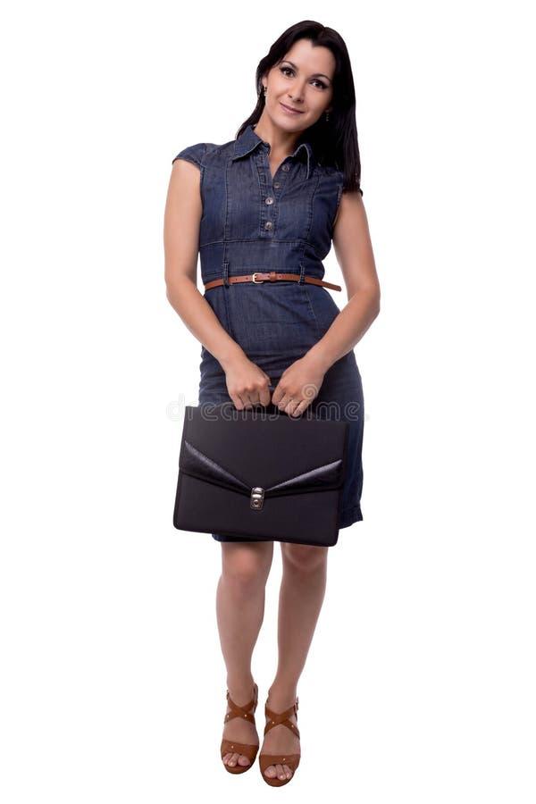 Volles Körperporträt der Geschäftsfrau im Kleid bescheiden mit Portfolio, Aktenkoffer, lokalisiert auf Weiß stockfotos