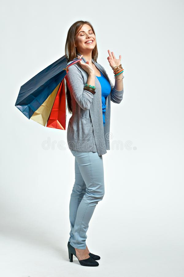 Volles Körperporträt der jungen Frau mit Einkaufstaschen stockfotos