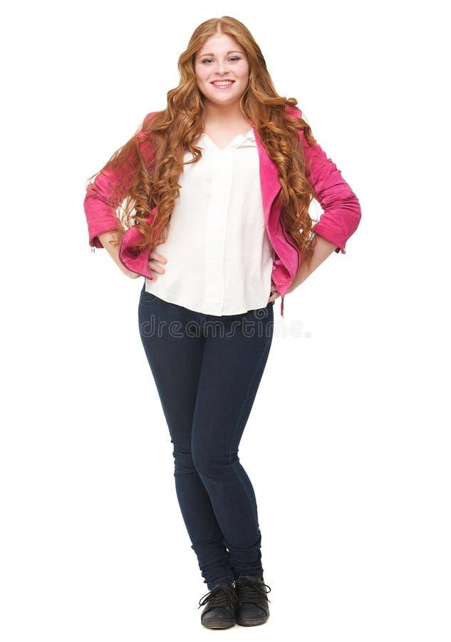 Porträt einer schönen jungen Frau mit den Händen auf Hüfte lizenzfreies stockfoto