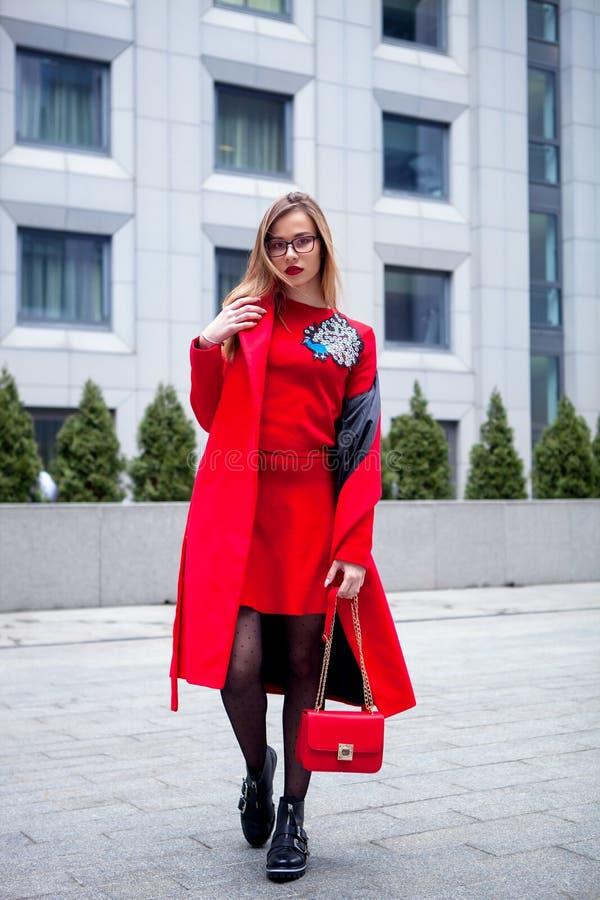 Volles Körperporträt im Freien der jungen schönen modernen Frau, die modisches rotes Kleid trägt lizenzfreies stockfoto