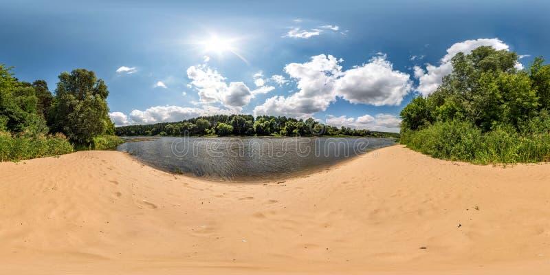 Volles kugelförmiges nahtloses hdri Panorama 360 Grad Winkelsicht über Sandstrand nahe Wald von enormem Fluss am sonnigen Tag und lizenzfreie stockfotografie