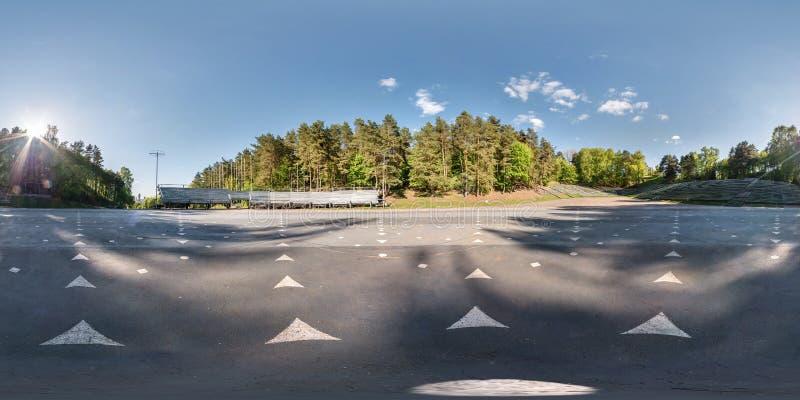 Volles kugelförmiges nahtloses Panorama 360 Grad Winkelsicht-Innere des Sommeramphitheaters im Wald in equirectangular äquidistan lizenzfreies stockbild