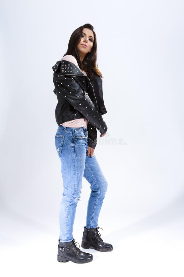 Volles LengthPortrait herrlicher Zauber des kaukasischen Brunette-Mädchens in der rauen Lederjacke stockbild