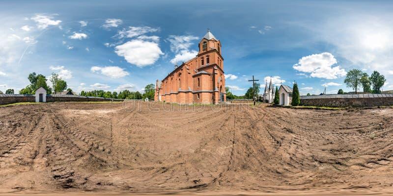 Volles nahtloses hdri Panorama 360 Grad Fassade des Winkelsicht-roten Backsteins der Kirche in der dekorativen mittelalterlichen  stockfoto