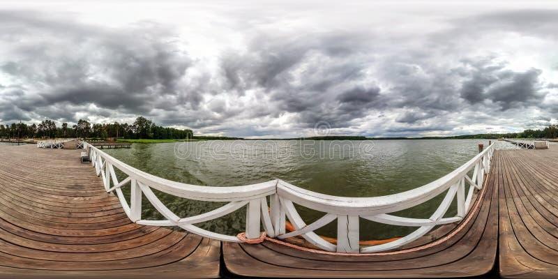Volles nahtloses kugelförmiges hdri Panorama 360 Grad Winkelsicht über hölzernen Pier für Schiffe auf enormem See im grauen Regen lizenzfreie stockbilder